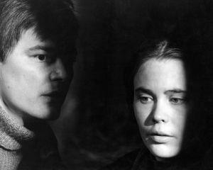 Akusti Koskela (Paavo Pentikäinen) ja Elina (Titta Karakorpi) elokuvassa Täällä Pohjantähden alla (1968).