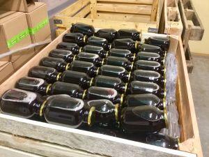 Nyfyllda saftflaskor ligger och väntar på att distribueras till affärer.