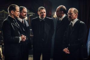 Nikolajeffien perheen salongissa puhutaan politiikkaa ja tarjoillaan mustan pörssin konjakkia.