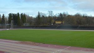 en idrottsplats med gräs och löparbana