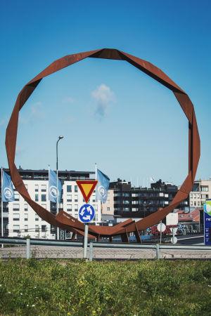 Ett konstverk i staden Sankt Michel i form av en stor brun rostig järnkonstruktion.