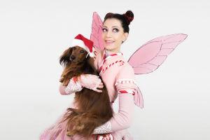 Kuvassa koira (Kerttu) ja Anni Malinen (Anette Aghazarian)