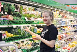 Julia Mattsson radar in grönsaker i butikshyllan.
