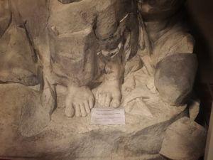 Amandus Amandssonin veistoksen tuhoutumaton osa, Jeesuksen jalat.