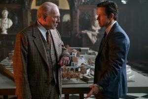 Christopher Plummer ja Mark Wahlberg elokuvassa All about the money.