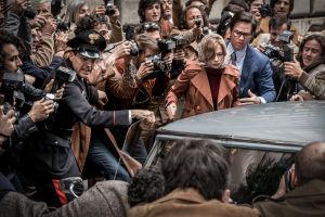 Michelle Williams ja Mark Wahlberg All the money in the world -elokuvassa.