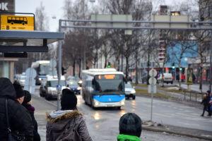 Buss på väg att svänga in på busshållplatsen vid torget i Vasa.
