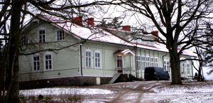 Folkhögskolebyggnaden i Västankvarn i Ingå, uppförd år 1895 efter ritningar av arkitekten Karl Hård af Segerstad.