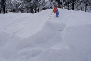 Samiska flaggan i en snöhög.