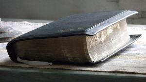 Bibeln på ett bord