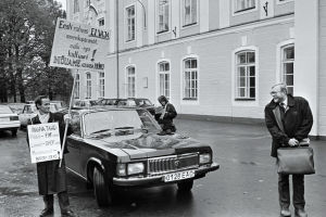 Viron pääministeri Mart Laar juttelee mielenosoittajien kanssa