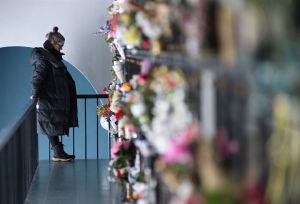 Nainen seisoo uurnaholvissa Hietaniemen hautausmaalla-