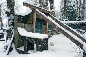 Arkkitehti Carl Albert Edelfeltin hauta on tuettu pitkillä lankuilla.