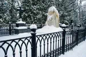 Aurora Karamzinin valkoisesta marmorista tehty suuri hautamuistomerkki.