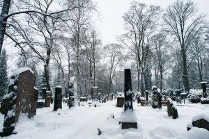 Hietaniemen hautausmaan hautakiviä.