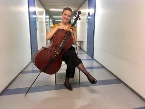 Anna Westerlund med sin cello från 1714, byggd av Claude Pierray.