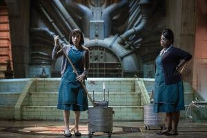 Sally Hawkins ja Octavia Spencer siivoojina Guillermo del Toron elokuvassa The Shape of Water.