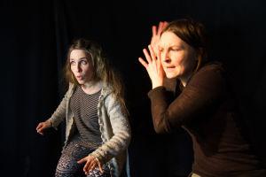 Näyttelijä Anna Ranta ja ohjaaja Eeva Rantinoja harjoittelevat kohtausta Karkumatkalla-näytelmästä.