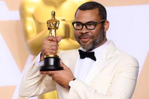 Närbild på Jordan Peele på Oscarsgalan 2018.
