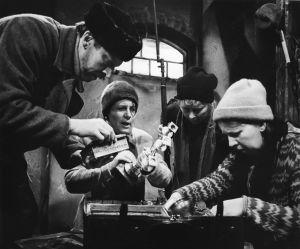 Näyttelijät Veijo Pasanen (Lennu), Ritva Valkama (Martta), Irma Tanskanen (Hilma) ja Raili Veivo (Lyyti) tv-draamassa Lennu (1918).