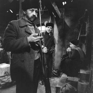 Näyttelijät Veijo Pasanen (Lennu), Olavi Niemi (Oskar Dahl) ja Irma Tanskanen (Hilma) tv-draamassa Lennu (1967).