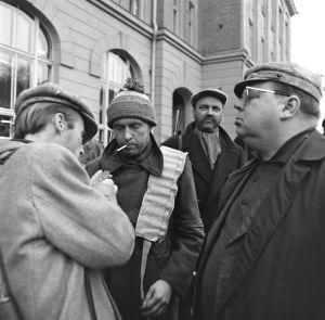 Tunnistamattomia näyttelijöitä ja ohjaaja Matti Tapio työssä tv-draamassa Lennu (1967).