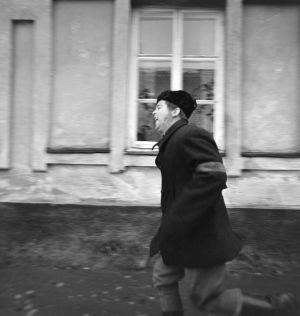 Raimo Mikkola juoksee tv-draamassa Lennu (1967).