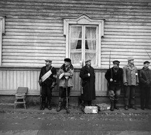 Tunnistamattomia näyttelijöitä (avustajia) tv-draamassa Lennu (1967).