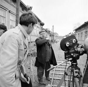 Kuvaaja Juhani Heikkonen ja ohjaaja Matti Tapio työssä tv-draamassa Lennu (1967).