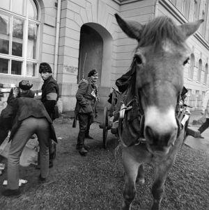Tunnistamattomia näyttelijöitä ja kuvauksissa käytetty hevonen tv-draamassa Lennu (1967).