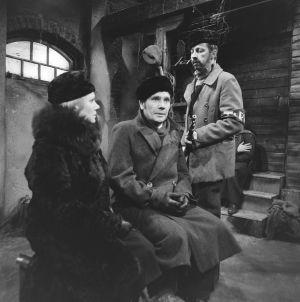 Näyttelijät Anja Räsänen (Bertta Dahl), Olavi Niemi (Oskar Dahl) ja Veijo Pasanen (Lennu) tv-draamassa Lennu (1967).