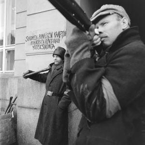 Tunnistamattomia näyttelijöitä tv-draamassa Lennu (1967).