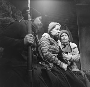 Tunnistamaton näyttelijä, näyttelijät Raili Veivo (Lyyti) ja Ritva Valkama (Martta) tv-draamassa Lennu (1967).