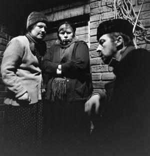 Näyttelijät Ritva Valkama (Martta), Irma Tanskanen (Hilma) ja Veijo Pasanen (Lennu) tv-draamassa Lennu (1967).