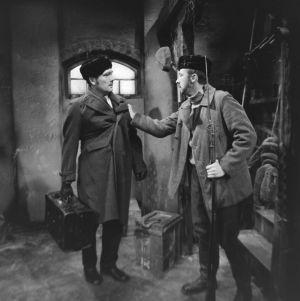 Näyttelijät Olavi Niemi (Oskar Dahl) ja Veijo Pasanen (Lennu) tv-draamassa Lennu (1967).