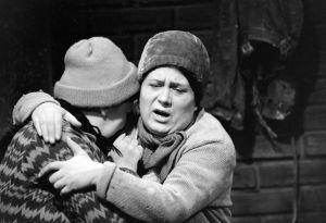 Näyttelijät Raili Veivo (Lyyti) ja Ritva Valkama (Martta) tv-draamassa Lennu (1967).