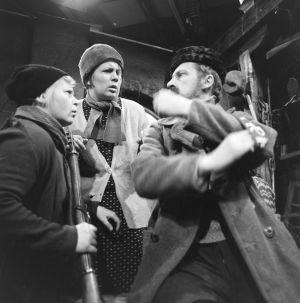 Näyttelijät Irma Tanskanen (Hilma), Ritva Valkama (Martta) ja Veijo Pasanen (Lennu) tv-draamassa Lennu (1967).