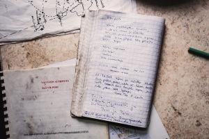 Autiotuvan pöydällä vieraskirjavihko, jossa päivämääriä ja merkintöjä.