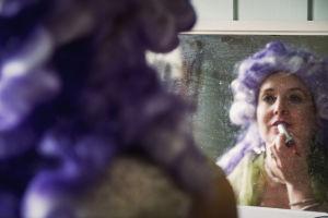 Oopperalaulaja Marie Finne-Bray katsoo peiliin ja laittaa huulipunaa.