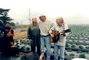 Mary Travers ja Peter Yarrow tapaavat siirtotyöläisiä
