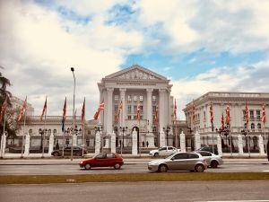 Den nya fasaden på regeringsbyggnaden i Skopje, Makedoniens huvudstad är i nyklassicistisk stil.