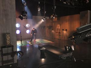 Tehostemestari Esko Kares asettelee kumiankkaa paikoilleen Normal Life -bändin studiotaltiointia varten Studio 2:ssa