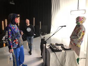 Normal Life -yhtyeen Miikka Koivisto ja Artturi Taira naureskelevat ohjaaja Joonas Josefssonin kanssa.