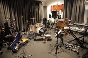 En gitarr, trummor, en banjo, synthar och elgitarrer i en musikstudio som finns inne i Haldenfängelset i Norge.