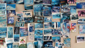En anslagstavla full med postkort.