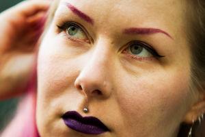 Vahvasti meikattu Karoliina Korppoo erikoislähikuvassa.