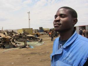Julius Uupindi jobbar med metallåtervinning i Windhoek.