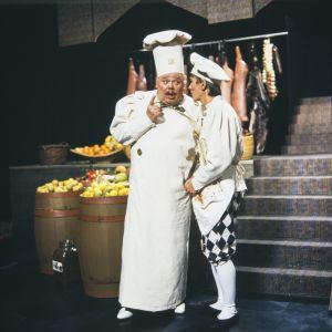Mestarikokki (näyttelijä Juhani Kumpulainen) ja Kokkipoika Sam (näyttelijä Jukka Rantanen) Televisioteatterin Prinsessa Ruusunen -elokuvassa 1982.
