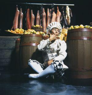 Kokkipoika Sam (näyttelijä Jukka Rantanen) Televisioteatterin Prinsessa Ruusunen -elokuvassa 1982.