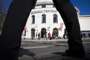 Svenska Teatern Maria Sidin jalkojen alta kuvattuna.